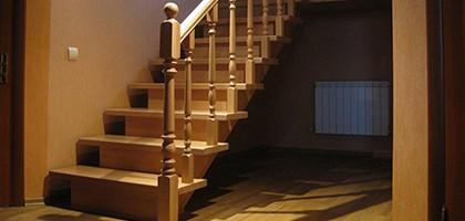 Установка поручней на деревянной лестнице своими руками